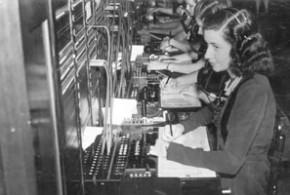 Mulheres operando equipamentos numa central telefônica no Rio de Janeiro, na década de 1940 - Acervo Museu das Telecomunicações/ Oi Futuro
