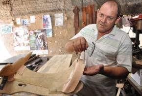 O seleiro Claudinei Ferrari, o Cláudio de Valinhos, produz selas e arreios artesanais há 30 anos e é um dos mais conhecidos do Estado - Tucano