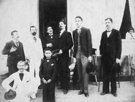 Líderes do PRP em 1918 – em pé, da esquerda para a direita Antonio Prado (segundo), Washington Luís (quarto) e Altino Arantes (quinto) - Acervo do Arquivo Público do Estado de São Paulo